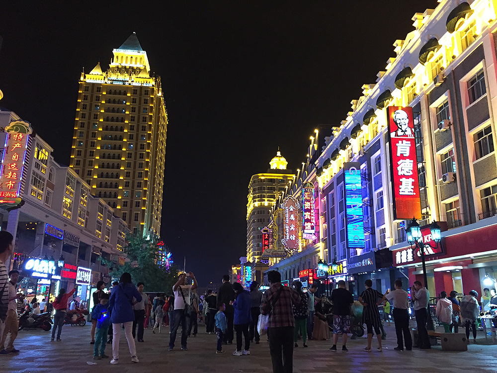 A major inland port of entry and a locus of Sino-Russian trade, Manzhouli is bustling and colorful. The city is on the Russian border in western Hulunbeier.