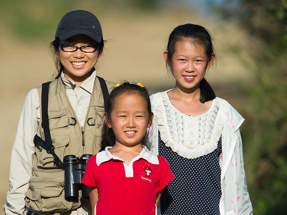 Elaine Du (L) birding with her nieces Lisa Li (C) and Jennifer Jiang, Dawucun, Heilongjiang, 13 Aug. 2015.