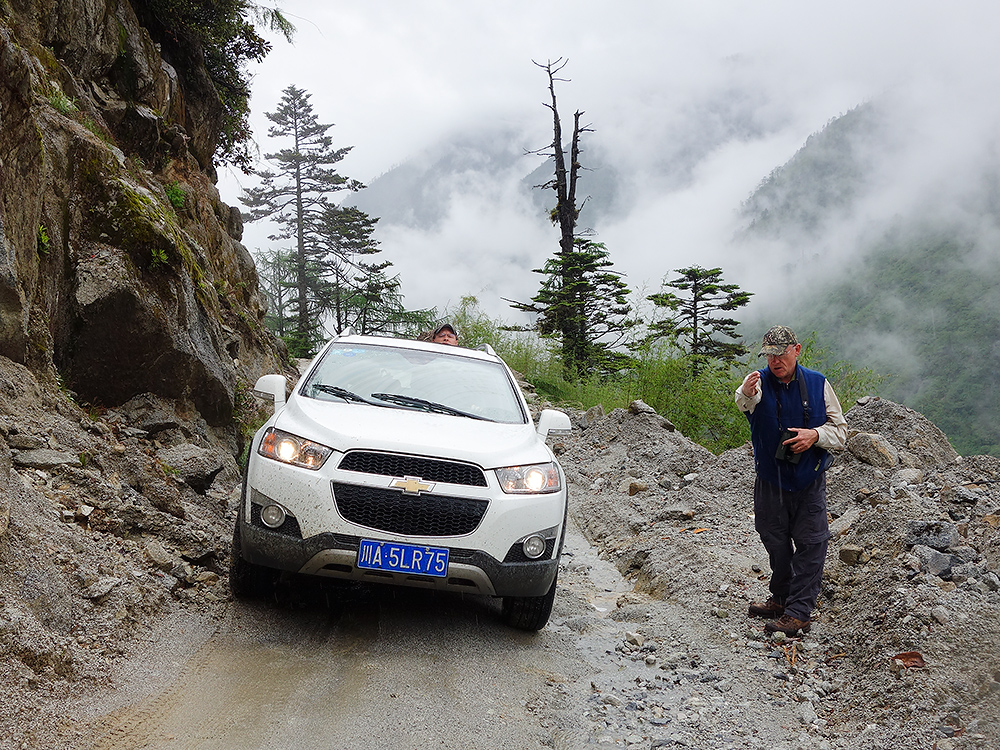 Jon Gallagher guides driver Craig Brelsford along difficult stretch of Gongshan-Dulong Road, 13 June 2014. Photo by Huáng Xiǎo Ān (黄小安).