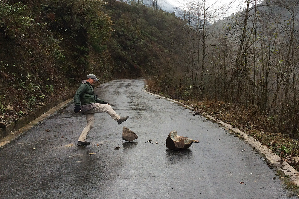 Craig Brelsford removing rocks from Gongshan-Dulong Road, 22 Feb. 2016. Photo by Elaine Du.