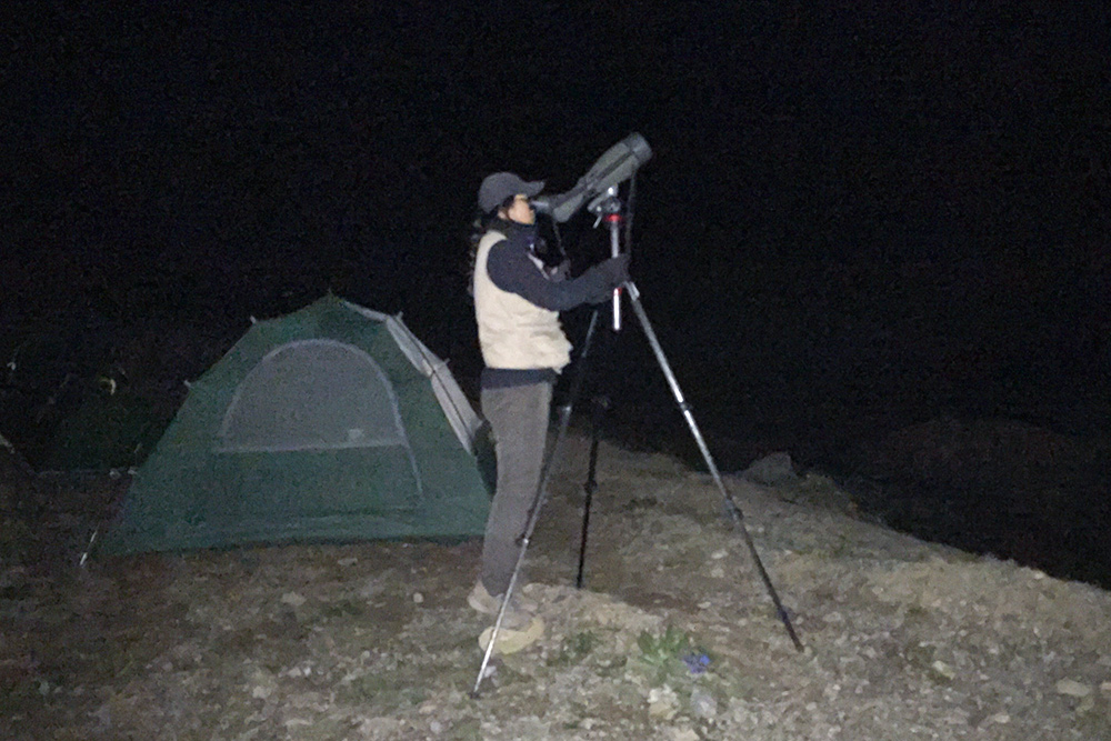 Elaine Du viewing Saturn through our Swarovski ATX-95 spotting scope at Kanda Pass, elev. 4680 m, 14 July 2016. The scope is mounted atop our Manfrotto MT055CXPRO3 carbon fiber tripod and MVH502AH video head. Photo by Craig Brelsford using iPhone 6.