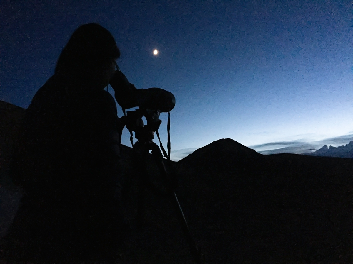 Elaine viewing the planets at twilight, near Hala Lake, 8 Aug. 2016.