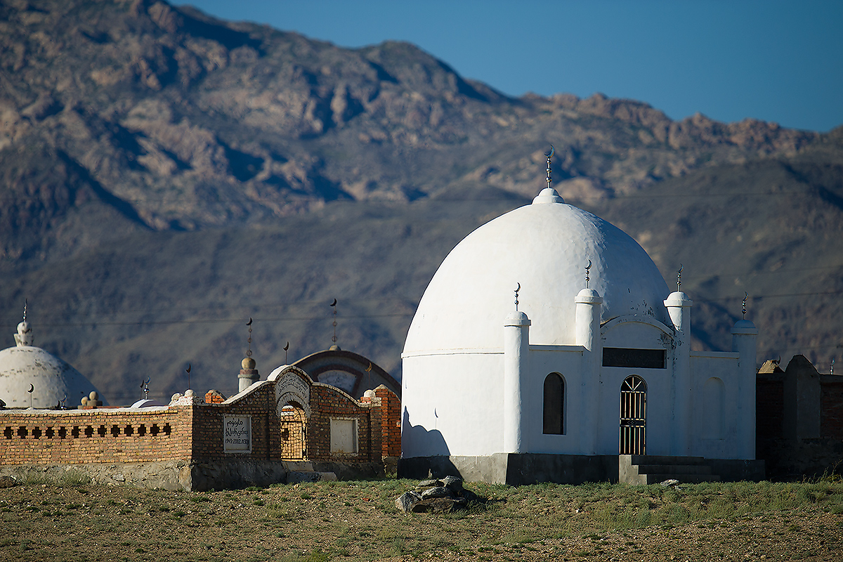 Islamic graveyard and accompanying building at Alahake, a village between Burqin and Altai on the G217 in Altai District, Xinjiang. (Craig Brelsford)