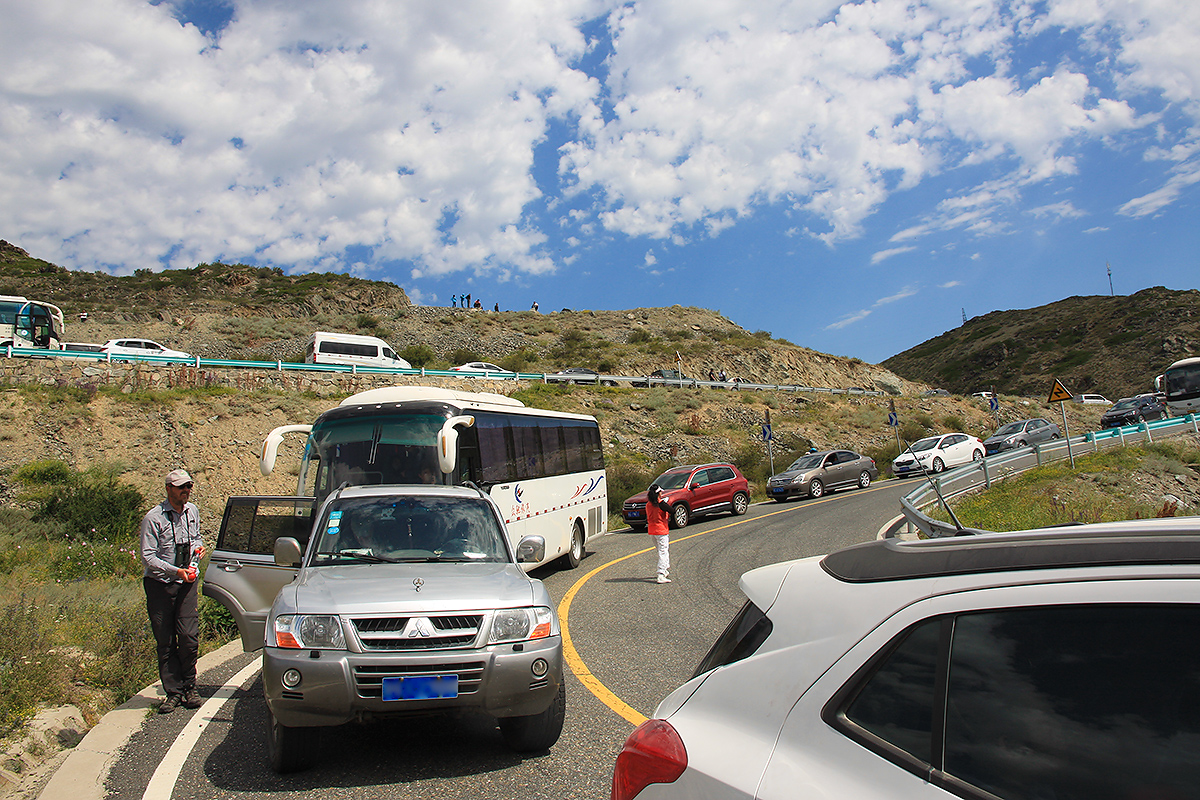 Traffic backed up near Kanasi Park, Xinjiang. 28 July 2018. (Sūn Yǒng Dōng [孙永东])