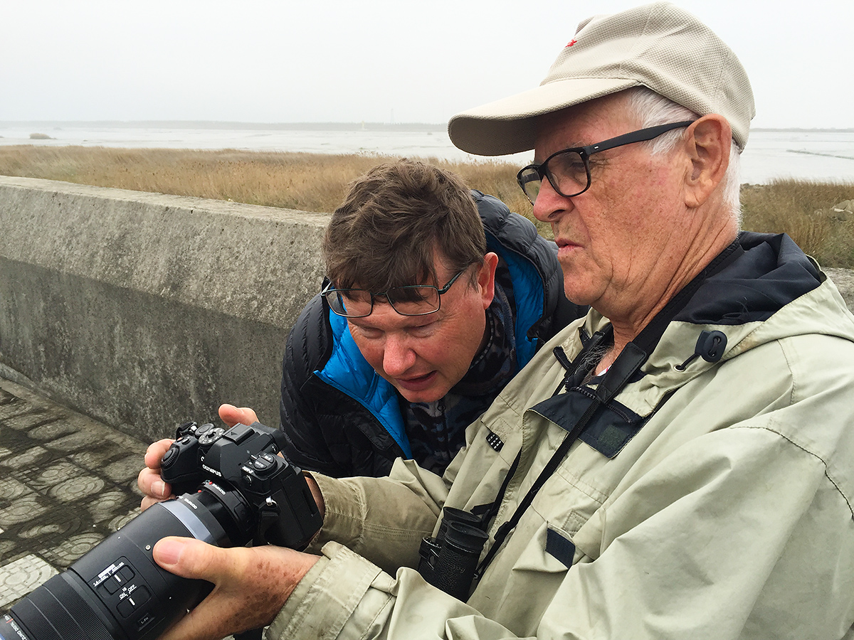 John MacKinnon (R) and Michael Grunwell examine one of John's photos at Cape Nanhui, 8 April 2017 (Craig Brelsford).